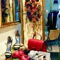 negozio d' abiti, pannelli naturali e fronde autunnali