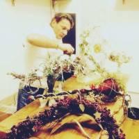 dimostrazione a colleghi sul Natale in un centro ingrosso fiori.