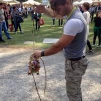 bouquet in sospensione creato durante una dimostrazione d' arte floreale